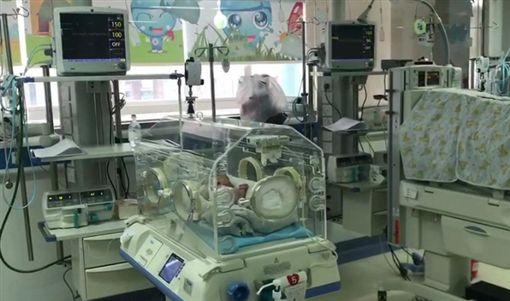 大陸浙江一名30多歲孕婦日前出現腹痛症狀,但她仍和男友一同到黃龍洞公園遊玩,不料她羊水突然破掉,竟站著將孩子生出來。醫護人員獲報後,立刻趕至現場救援,所幸最後母子均安。(圖/翻攝自杭州網)