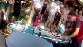 大陸浙江一名30多歲孕婦日前出現腹痛症狀,但她仍和男友一同到黃龍洞公園遊玩,不料她羊水突然破掉,竟站著將孩子生出來。醫護人員獲報後,立刻趕至現場救援,所幸最後母子均安。(圖/翻攝自微博)