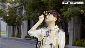 吳青峰擔任台中花博大使,在MV鐘用望遠鏡看花花世界。(圖/大房小山提供)