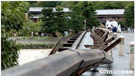 燕子颱風襲關西 嵐山渡月橋欄杆斷掉/翻攝自京都新聞