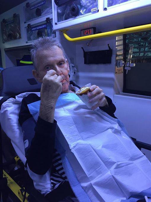 絕症老翁死前想吃冰淇淋 暖護成全他Queensland Ambulance Service,絕症,焦糖聖代(圖/翻攝自Queensland Ambulance Service臉書)