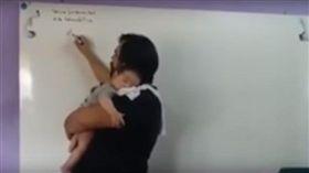 ▲大學教授岡薩雷斯一邊抱著孩子一邊教課。(圖/翻攝自Ultima Hora網站)