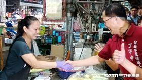 國民黨台北市長候選人丁守中清晨六時到第一果菜市場拜票(圖/記者李英婷攝)