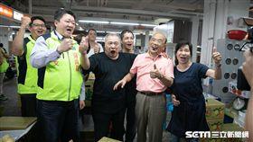 新北市長候選人蘇貞昌拂曉再出擊,一早來到板橋果菜批發市場掃街。(圖/蘇辦提供)