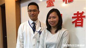 患者潘小姐(右)罹患惡性肺結節接受電磁導航探針進行定位,找出病灶後再搭配單孔胸腔鏡切除,術後恢復良好。(記者林惠琴攝)