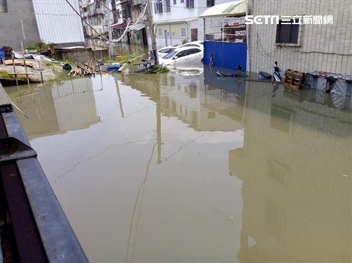 淹水噩夢重演…台南雨下不到十分鐘 水灌民宅「及膝難行」 圖李姓網友授權提供