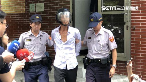 林男被警方移送時還大方向總統蔡英文示愛(楊忠翰攝)