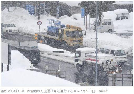 日本年初暴風雪肆虐,造成交通大亂。(圖/翻攝産経ニュース)