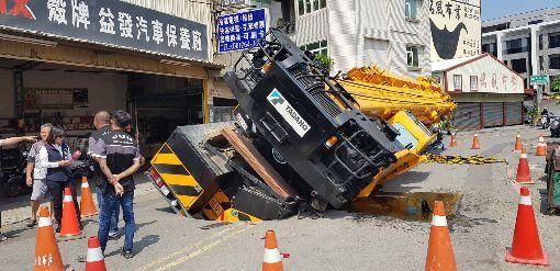 疑地基掏空  台南大吊車陷進路面一輛大吊車7日上午在台南市南區利南街準備施工時,疑因地基掏空,突然陷進路面。(台南市政府提供)中央社記者張榮祥台南傳真  107年9月7日