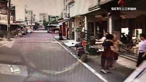 見垃圾車來急奔向前 83歲婦遭機車撞飛