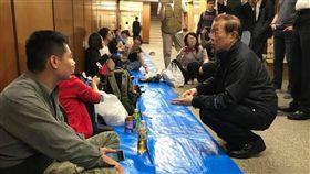 ▲謝長廷親赴北海道關心民眾需求。(圖/翻攝自謝長廷臉書)