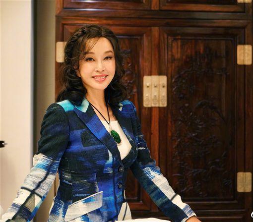 大咖演員 劉曉慶 在2002年以虛報收入與支出的方式逃漏稅坐牢422天。(翻攝微博)