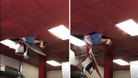 美國加州速食店日前發生一起意外,一名女子在速食店用餐時,竟從餐廳廁所內爬上天花板,不料女子體重太重,把天花板壓垮「從天而降」,受到輕傷。警方調查發現,該名女子會有脫序行為是因為吸食毒品,目前被送往醫院治療。(圖/翻攝自YouTube《Japangie》)