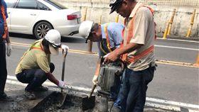 高市道路工班填坑修補無休受到日前大豪雨影響,高雄市道路滿目瘡痍、坑坑洞洞,路面填補工程即使假日也無休,市府工務局養護工程處8日仍有18個工班近百人持續執行巡路修補。(工務局提供)中央社記者王淑芬傳真 107年9月8日