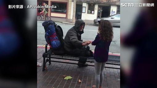 小女孩送餐給街友
