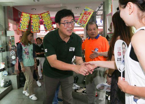 姚文智走訪台北車站後站商圈民進黨台北市長參選人姚文智(中)8日下午前往台北車站後站商圈拜訪當地商家及民眾,熱情問候、寒暄。中央社記者謝佳璋攝 107年9月8日