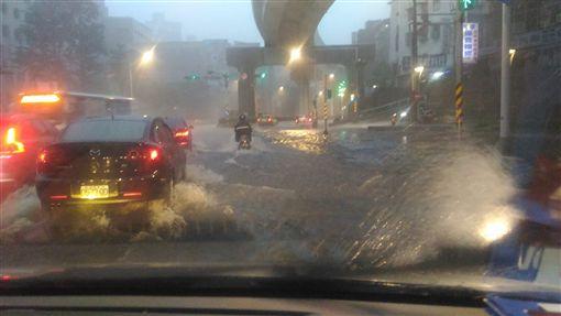 南湖大橋下來往東湖路方向路段淹水(圖/翻攝自我是東湖人)