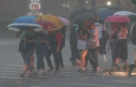 北北基豪雨特報 行人雨中低頭前行