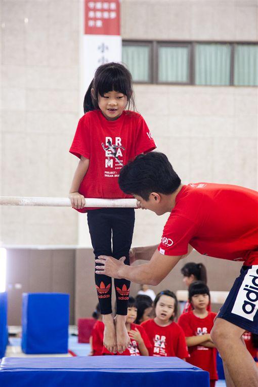 ▲亞運體操成員指導小朋友體操動作。(圖/華南金控提供)