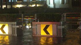 總統府外也積水 網:機車排氣管高度 雷雨,積水,總統府 翻攝自PTT八卦版