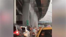 暴雨,水療,機車騎士,爆廢公社 圖/翻攝自臉書爆廢公社