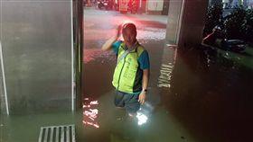 基隆強降雨 義一路一度水淹逾膝受到對流雲系發展旺盛影響,基隆市8日降下大雨,驚人雨勢造成部分地區傳出積淹水,義一路積水最深一度超過膝蓋。(民眾提供)中央社記者王朝鈺傳真 107年9月8日