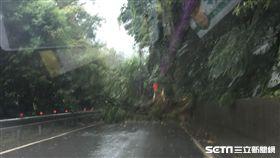 豪雨來襲!新北萬里土石坍方 用路人改道而行 圖翻攝畫面
