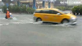 昨(8)日雨彈襲擊北台灣,不少地方出現淹水狀況。今日上午大雨再度狂下,基隆成功一路仁愛分隊前淹水,彷彿變成小河,積水淹過半個輪胎高。對此,經濟部水利署發布針對新北市發布一淹水警戒、基隆市則發布二級淹水警戒,附近民眾要多加注意淹水通報及應變。(圖/翻攝畫面)