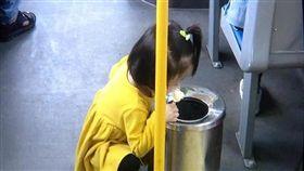 2歲女童一張吃冰照,掀起兩派論戰。(圖/翻攝浙江24小時)