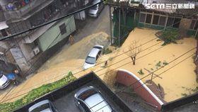 基隆新西街淹水災情也相當嚴重,可看到整條道路變成溪,黃澄澄的泥水在街道上四處流竄,其中一輛銀色轎車不斷被往下流的泥水沖刷,不少網友看到後掀起熱議,紛紛直喊「太誇張了!」(圖/翻攝自爆料公社)