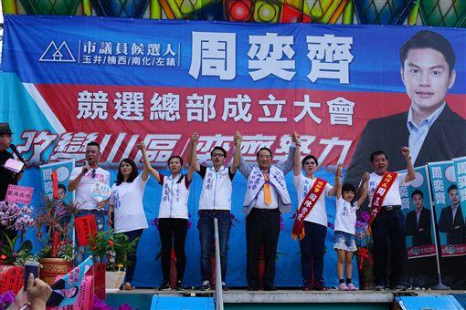 親民黨主席宋楚瑜8日前往台南市玉井區,為無黨籍市議員候選人周奕齊站台。(圖/親民黨提供)