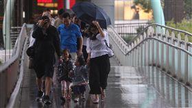鋒面及對流旺盛 北北基防超大豪雨受鋒面和對流旺盛影響,中央氣象局9日對北北基發布超大豪雨特報,陽明山24小時累積雨量已經超過500毫米,預計10日雨勢才會趨緩。風雨大,在信義商圈天橋上行走的民眾都受到雨勢波及。中央社記者吳家昇攝 107年9月9日