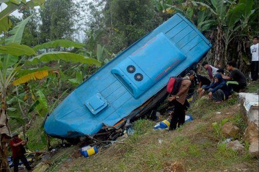 印尼滿員公車墜十米山溝 至少21死巴士,印尼,失速,墜谷翻攝自推特