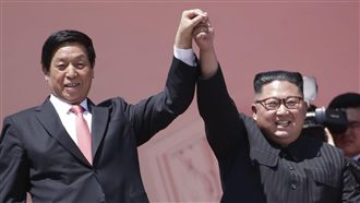 北韓國慶閱兵 金正恩舉栗戰書手致意