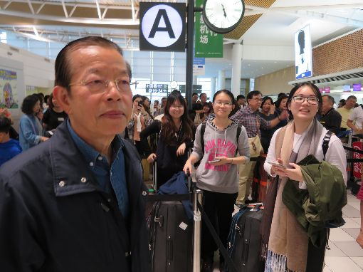北海道強震後 上千受困國人旅客平安返國北海道6日凌晨發生強震,新千歲機場一度關閉後8日重啟國內線。駐日代表謝長廷到札幌協助班機調度。8日共搭載約1500名台灣旅客回鄉。中央社記者楊明珠札幌攝 107年9月9日