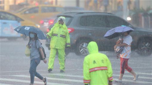台北雨好大(1)中央氣象局8日下午將北北基和高屏的大雨特報提升為豪雨特報,台北市區午後烏雲密布,雨勢猛烈。中央社記者張新偉攝 107年9月8日