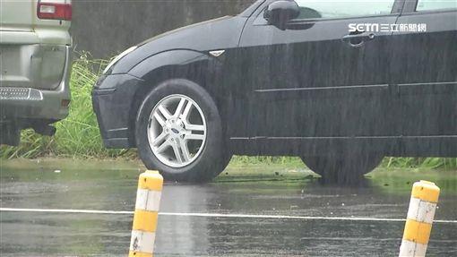 暴雨來襲!汐止汽車保養廠淹到怕 堆沙包、鑽排水孔防災