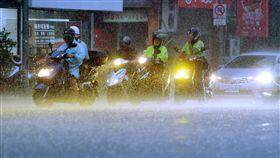 雨勢加劇(2)中央氣象局8日下午將北北基地區升為豪雨特報,並表示大雨導致能見度低,籲請用路人注意行車安全、減速慢行。圖為台北街頭機車騎士全副武裝,在雨中等待交通號誌燈號轉綠。中央社記者孫仲達攝 107年9月8日