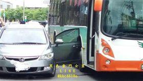自小客車開車門未注意,遇上大魔王GG。(圖/翻攝黑色豪門企業)