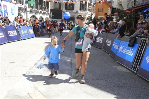 超人媽媽!英國一名媽媽鮑爾(Sophie Power)非常喜愛運動,她產後三個月就參加超級馬拉松,更厲害的是,她一邊哺乳一邊跑,最後成功跑完171公里全程。不少網友看到後,紛紛直喊「鐵人媽媽無誤!」(圖/翻攝自YouTube《Mail Online》)