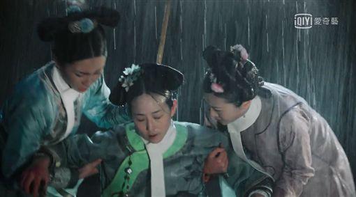 《如懿傳》海貴人海蘭/張鈞甯淋雨。(愛奇藝台灣站提供)