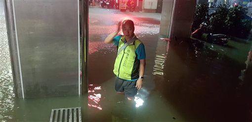 基隆強降雨 義一路水淹膝蓋