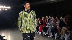 曾國城登時裝周走秀!「大肚腩+脖子肉」展現另類大叔時尚。(翻攝IG)