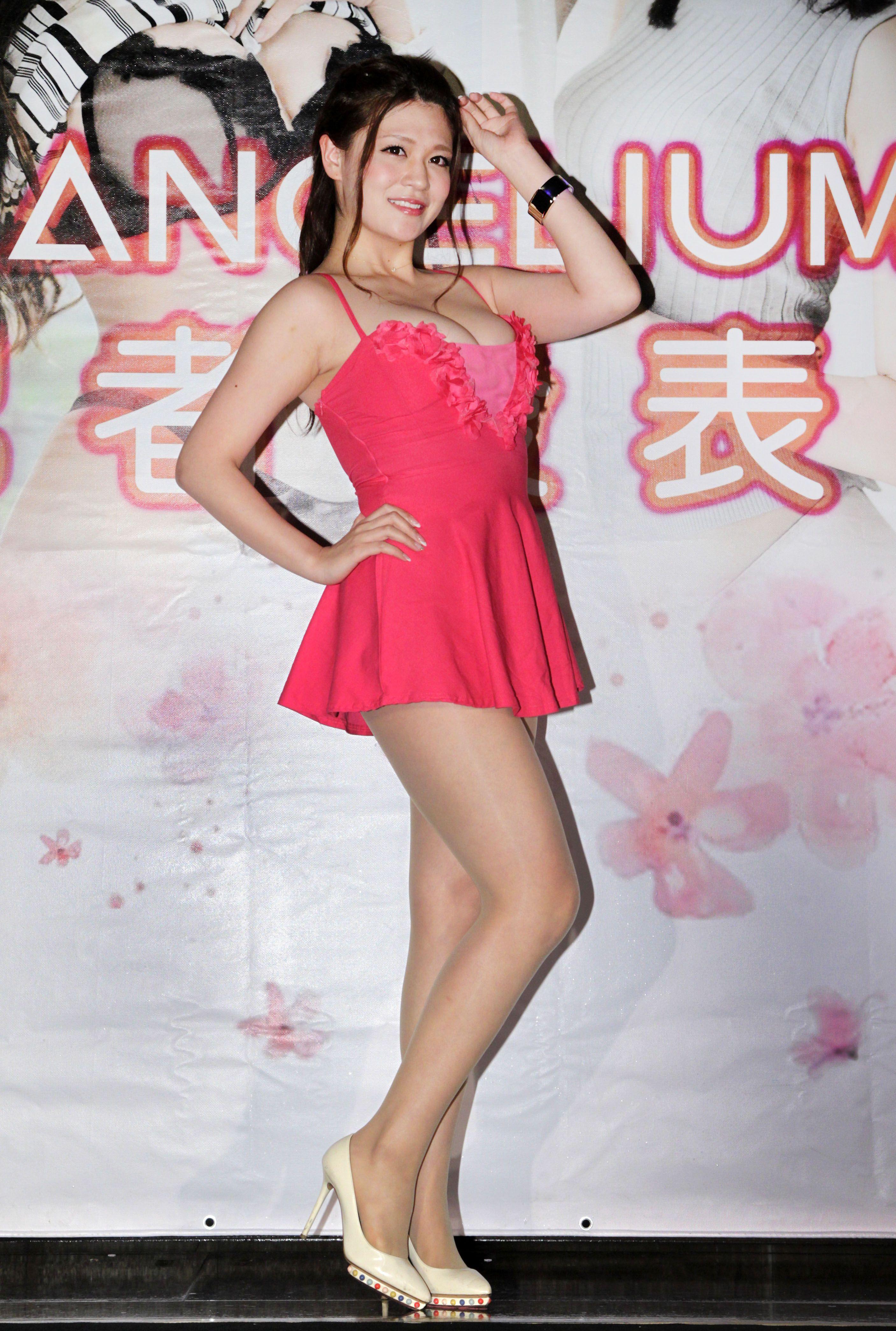 擁有F罩杯的日本AV女優橘瑪麗,喜歡台灣珍珠奶茶。(記者邱榮吉/攝影)
