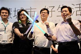 陳其邁揮舞科技感發光寶劍