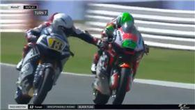 影/超危險!摩托車手「偷按對手剎車」險害人摔車 圖/翻攝youtube