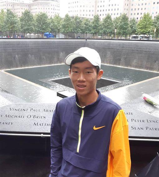 曾俊欣參觀世貿雙子星大樓移址。(圖/四維體育推廣教育基金會提供)