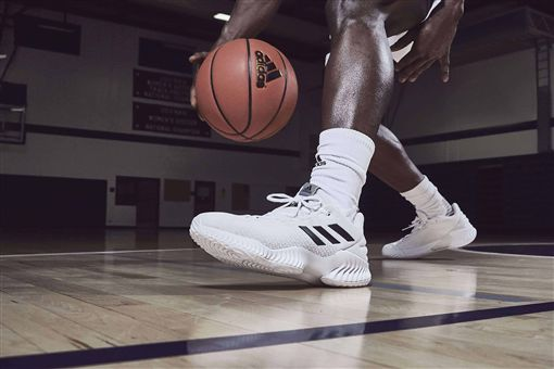 adidas推出全新團隊籃球鞋款PRO BOUNCE,專為籃壇明日之星量身打造,再掀籃壇新浪潮。(圖/adidas提供)
