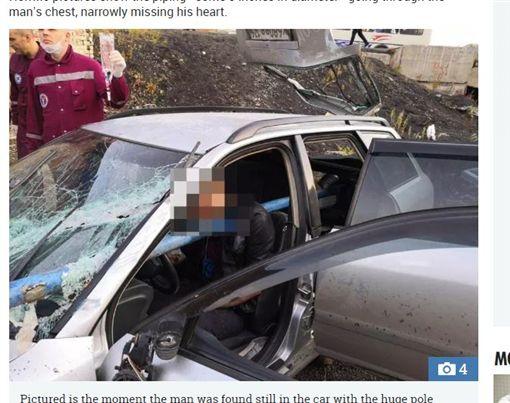 俄羅斯男子發生自撞車禍,一根鐵管穿刺胸口。(圖/翻攝自太陽報)