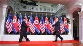 川金會開始(1)美國總統川普(右)與北韓領導人金正恩(左)12日上午約9時4分於新加坡會面,兩人互相問候,隨後握手合照,實現雙方領導人73年來的破冰一握。(新加坡通訊及新聞部提供)中央社記者裴禛新加坡傳真  107年6月12日